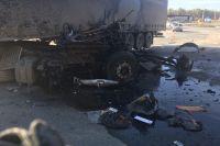 На тюменской трассе два грузовика смяли легковушку: появилось видео ДТП