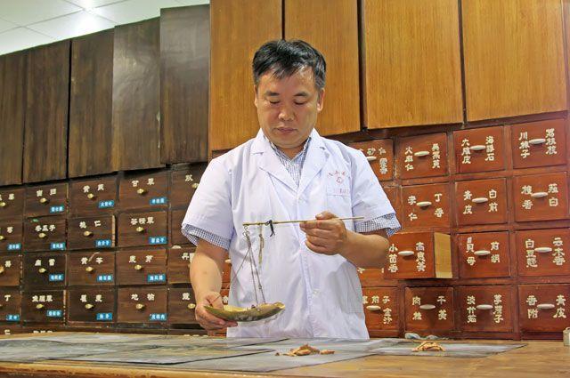 Официальное здравоохранение процентов насемьдесятиспользует тысячелетний опыт древних лекарей Поднебесной.