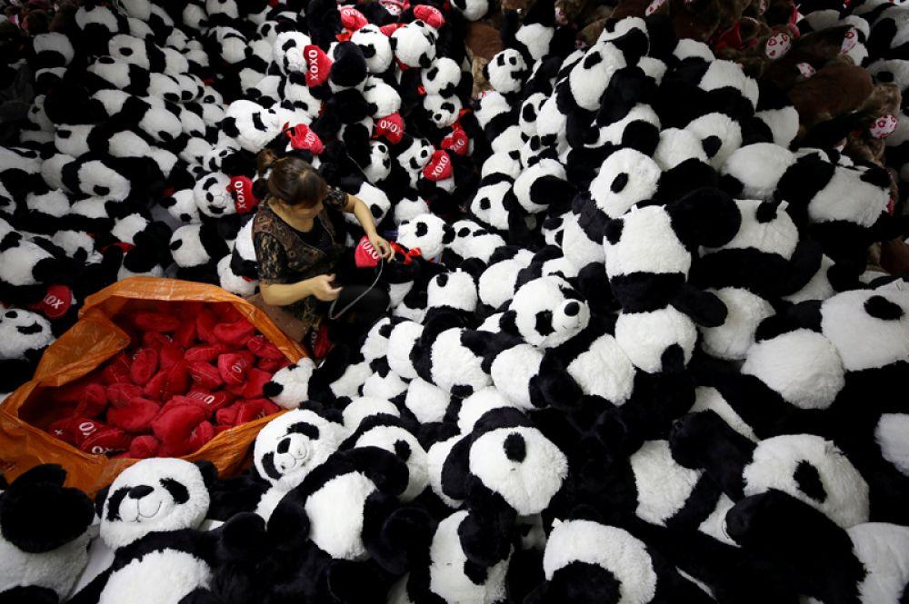 9 октября. Женщина на заводе по производству мягких игрушек в Ляньюньган, Китай.