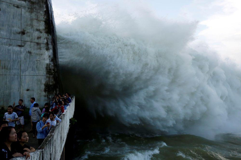 12 октября. Люди наблюдают за тем, как гидроэлектростанция Хоабинь открывает водосброс после сильного ливня, Вьетнам.
