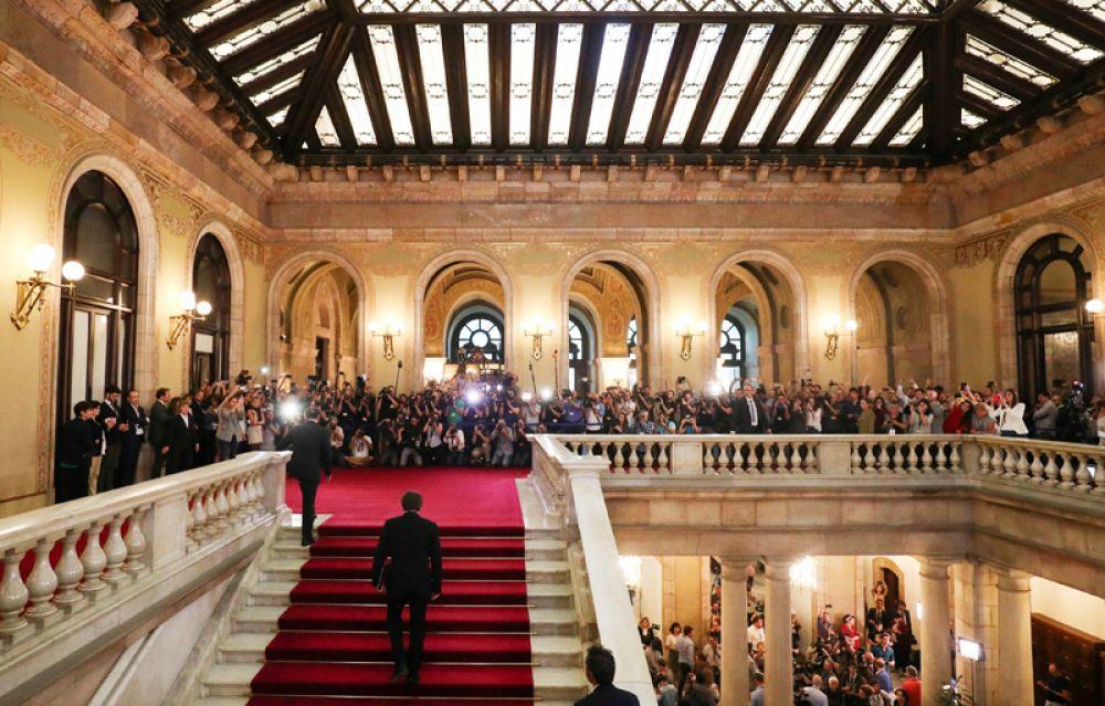 10 октября. Глава Каталонии Карлес Пучдемон прибывает в парламент Каталонии в Барселоне, чтобы подписать документ о провозглашении независимости.