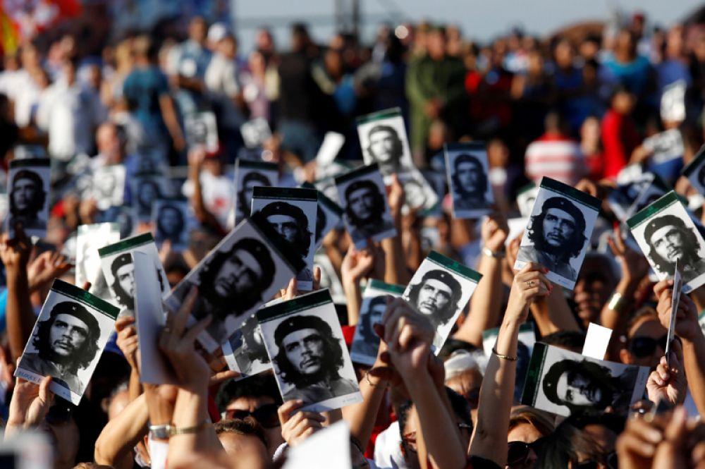8 октября. Люди держат портреты кубинского революционера Эрнесто Че Гевары во время церемонии, посвященной 50-летию со дня его смерти, Санта-Клара, Куба.