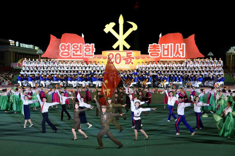 8 октября. Граждане КНДР отмечают 20-ю годовщину назначения бывшего лидера Северной Кореи Ким Чен Ира на пост генерального секретаря Трудовой партии Кореи, Пхеньян.