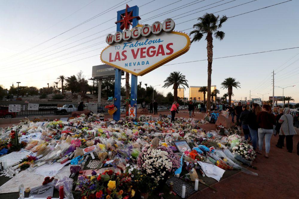 9 октября. Знак «Добро пожаловать в Лас-Вегас», окруженный цветами и памятными предметами, после массовой стрельбы, произошедшей 1 октября на музыкальном фестивале в Лас-Вегасе, штат Невада.