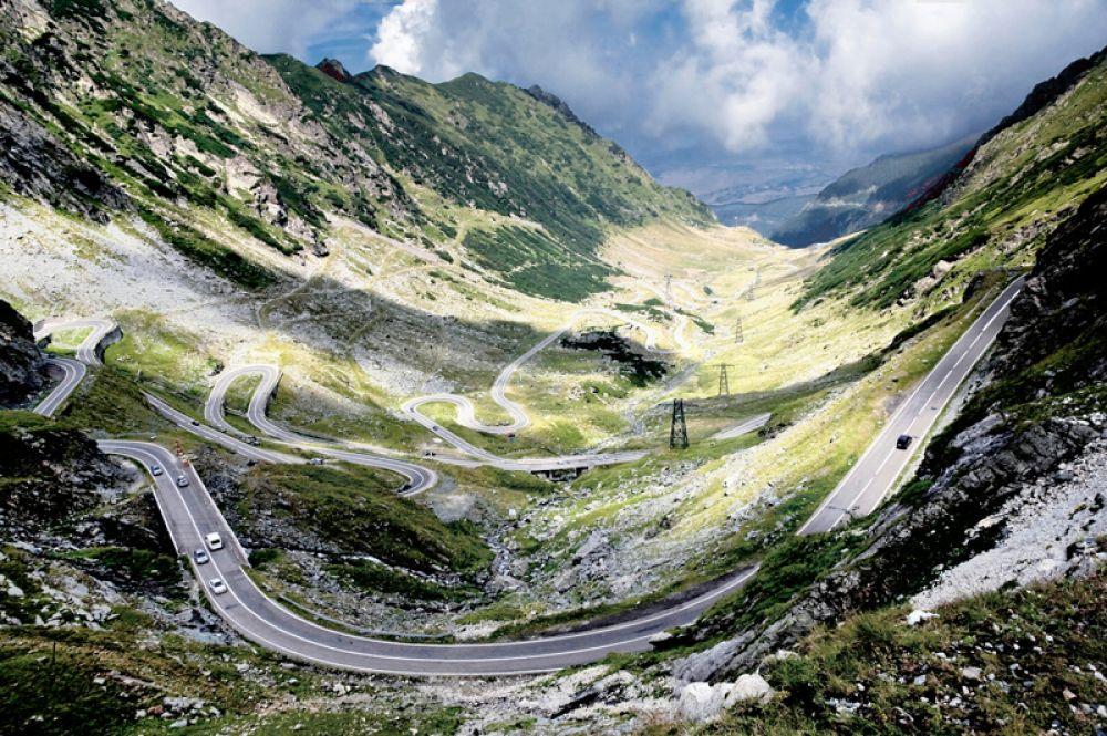 Трансфэгэрашское шоссе горное шоссе в Карпатах соединяет румынские области Валахию и Трансильванию. Трасса считается одной из красивейших дорог в мире и является одной из достопримечательностей Румынии. В 2009 году здесь тестировали свои спорткары ведущие Top Gear, и Джереми Кларксон назвал дорогу лучшей для езды на спортивных машинах.