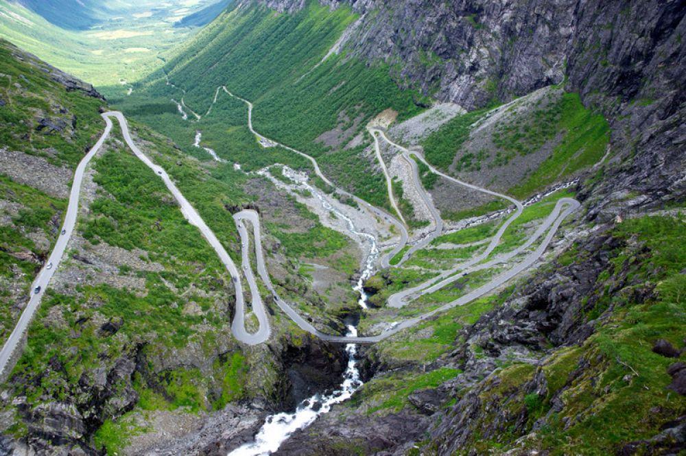 Лестница троллей — одно из самых популярных и посещаемых туристических мест в Норвегии. Она является частью национальной трассы RV63, соединяющей города Ондалснес и Валлдал. Во время подъёма дорога делает 11 резких поворотов. Примерно на середине подъёма находится мост через водопад Стигфоссен.