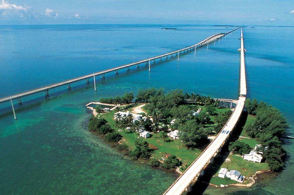 Мост семи миль в США является частью шоссе US1, проложенного через архипелаг Флорида-Кис. Дорога представляет собой два моста: современный — автомобильный и более старый, проход по которому разрешён пешеходам и велосипедистам.