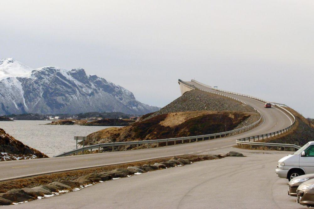 Одно из самых живописных шоссе мира находится в Норвегии. Атлантическая дорога связывает небольшие острова в океане между населенными пунктами Молде и Кристиансунд. Отдельного внимания мост Storseisundet, прозванный в народе «пьяным», потому что под определенным углом кажется, что он обрывается в никуда.