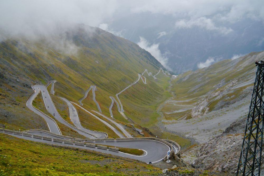 Перевал Стельвио расположен в Италии на высоте 2757 метров. Шоссе насчитывает семьдесят пять крутых поворотов, из-за чего неоднократно включалось в трассу знаменитой велогонки Джиро д'Италия.