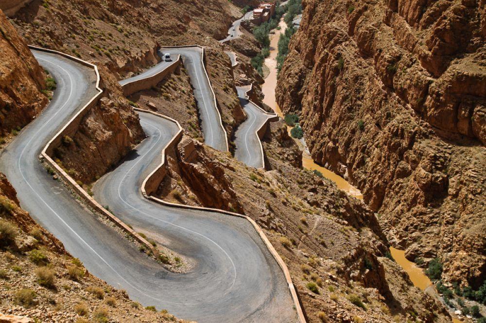 Через Атласские горы в Марокко пролегает дорога, крутые повороты которой так же живописны, как и опасны.