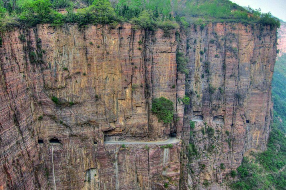 Туннель Гуолян в Китае длиной в 1,2 километра вырублен прямо внутри горы Тайхань. Он назван  по имени деревни, жители которой в 1972 году своими руками построили для себя дорогу.