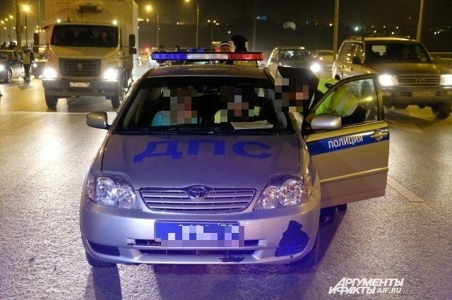 На месте ДТП работают сотрудники полиции.