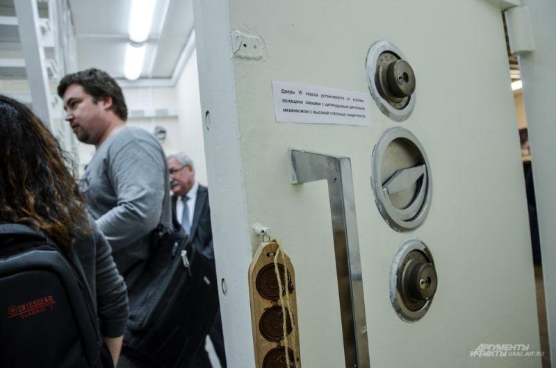 Дверь в хранилище примерно 30 см толщиной, чтобы попасть туда нужно иметь два ключа и сейфовый код.