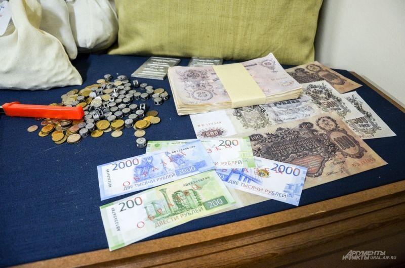 Образцы 200-х и 2000-х новых купюр вместе со старыми деньгами.