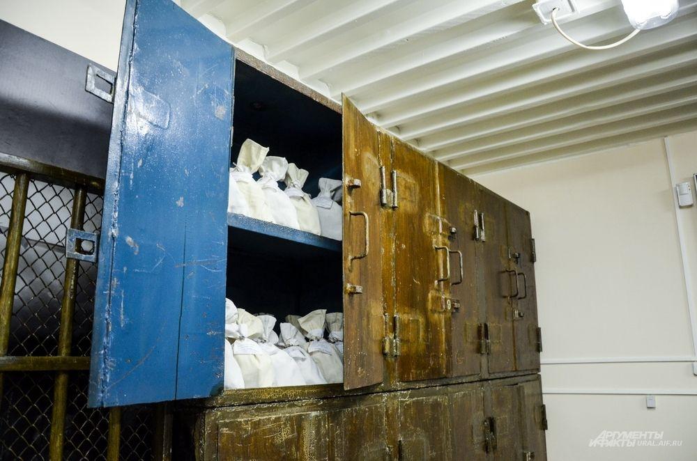 Раньше для хранения денег использовались несгораемые металлические шкафы.