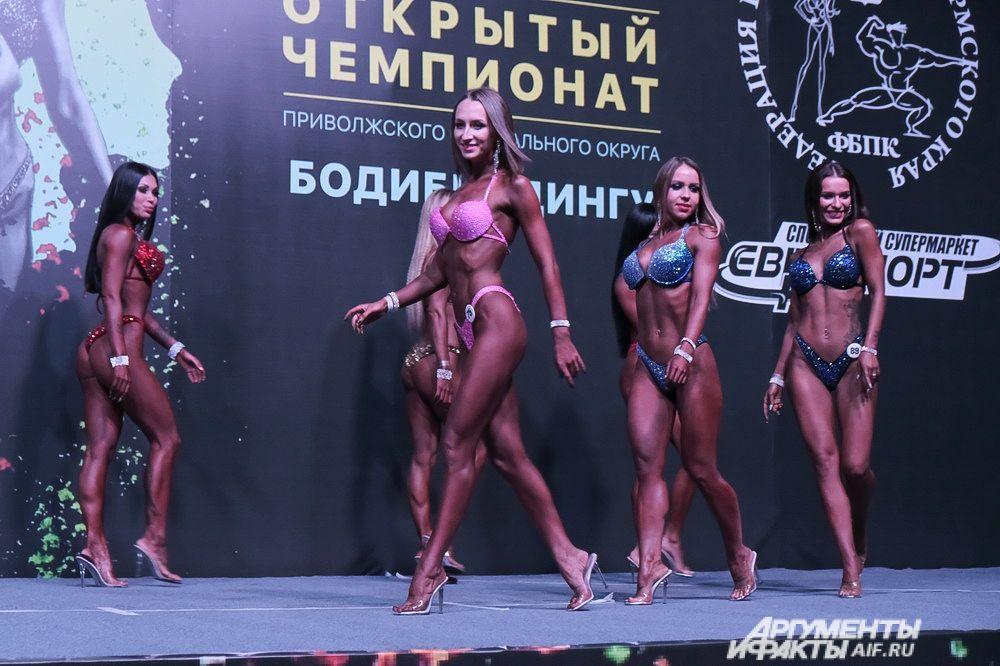 Спортсмены выходили на сцену сразу по несколько человек, а судьи успевали оценить спортивную фигуру каждого за одну-две минуты.