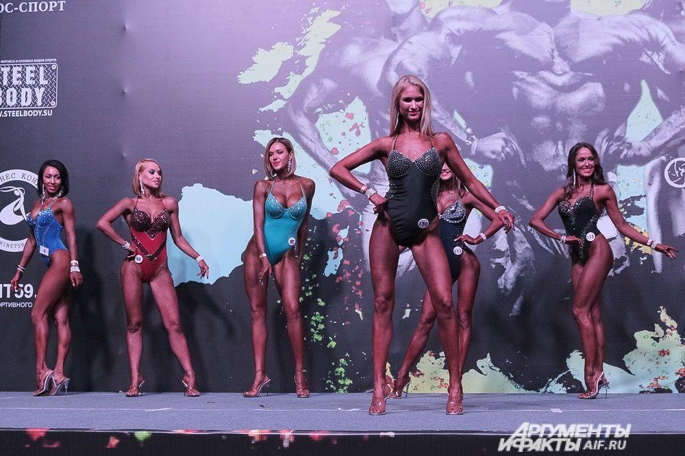 На протяжении всех этапов соревнований девушки выступали в обуви на высоких каблуках.