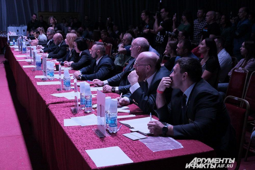 Во время соревнований, судейская коллегия меняется несколько раз.