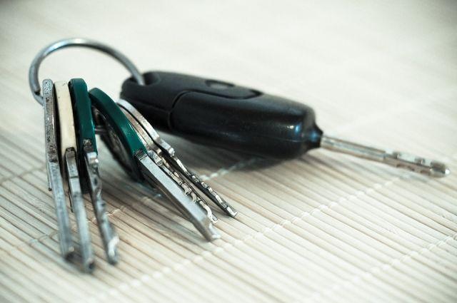 Юный кемеровчанин закрылся в машине, играя с ключами.