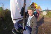 Под песню украинской группы «Валентин Стрыкало» «Яхта, парус» герои отдыхают на даче.