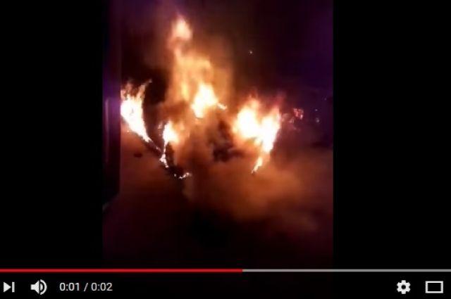 Из-за пожара повреждены несколько автомобилей.