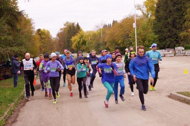 На дистанции бегают спортсмены разных возрастов.