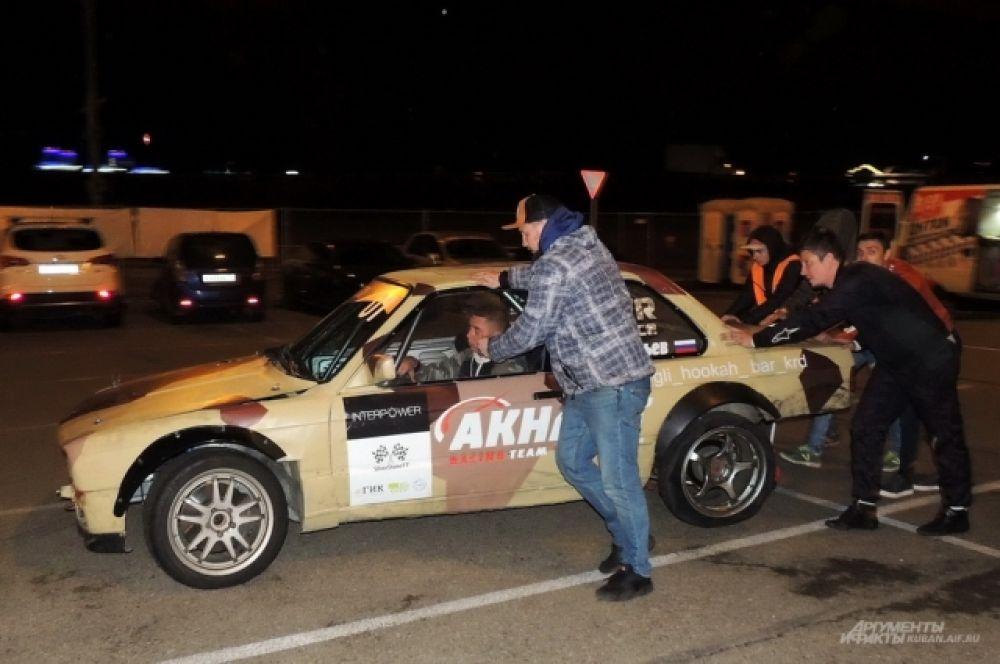 Выступление Александр Соловьева из краснодарской команды Akhmat Racing Team закончилось досрочно из-за свернутого при столкновении с бетонным блоком заднего колеса.