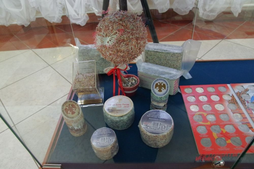 Кроме того, горожане смогли понаблюдать, какие сувениры можно создать из измельченных купюр.
