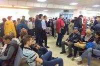Специалисты проверяют пассажиров в аэропорту.