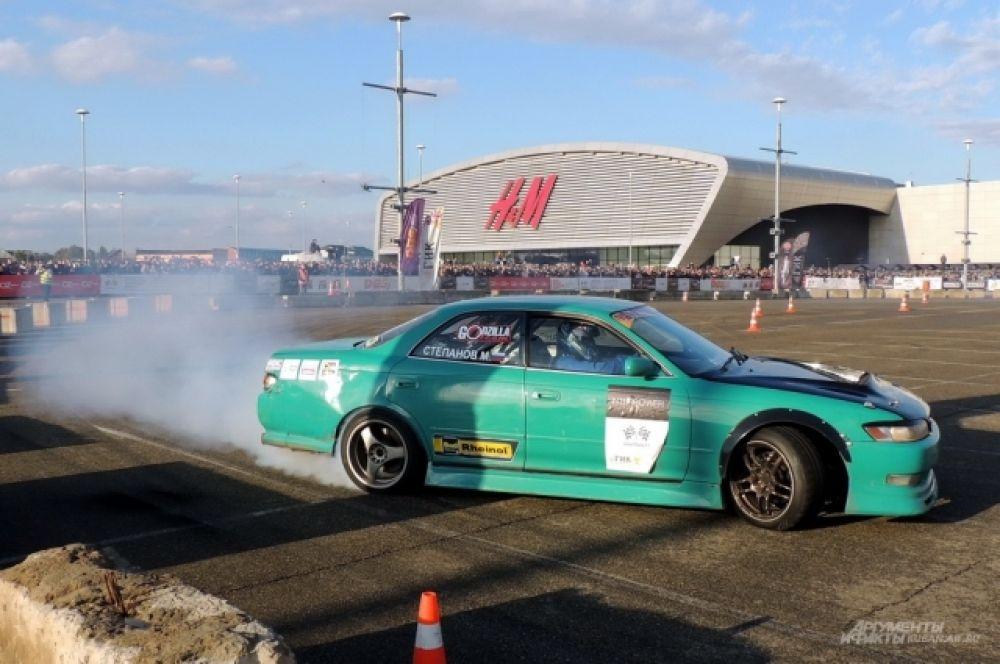 Управляемый занос в исполнении пилота ростовской команды Godzilla Team Максима Степанова, выступающего на автомобиле Toyota Mark2.