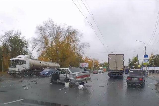 Ужасное ДТП наВерхней террасе: водителя ВАЗа выбросило под колеса фуры