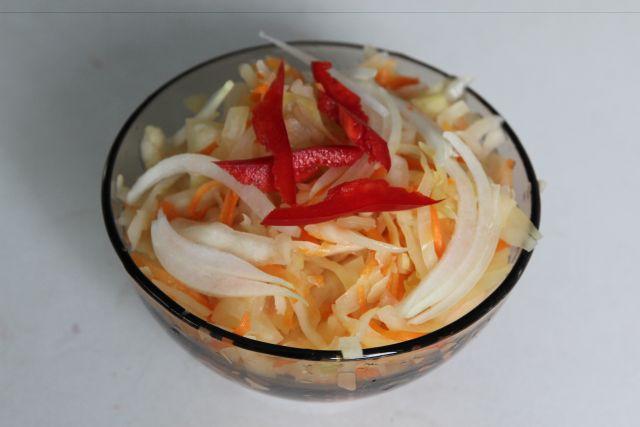 Квашеная и солёная капуста - отличная закуска для любого застолья.