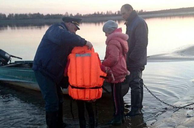На тюменских болотах спасатели нашли заблудившихся детей и взрослого