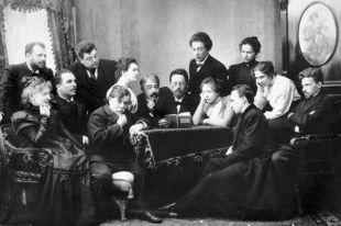 Писатель Антон Чехов (в центре) читает «Чайку» группе актёров и режиссёров Московского Художественного театра.