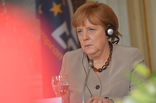 Меркель назвала серьезным вызовом второе место у правых в Австрии