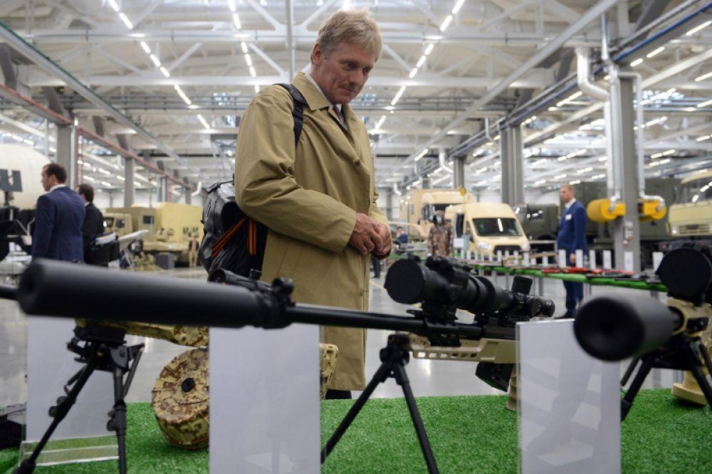 Пресс-секретарь президента РФ Дмитрий Песков во время смотра образцов продукции, выпускаемой предприятиями АО «Концерн Калашников» в Ижевске. 2016 год.