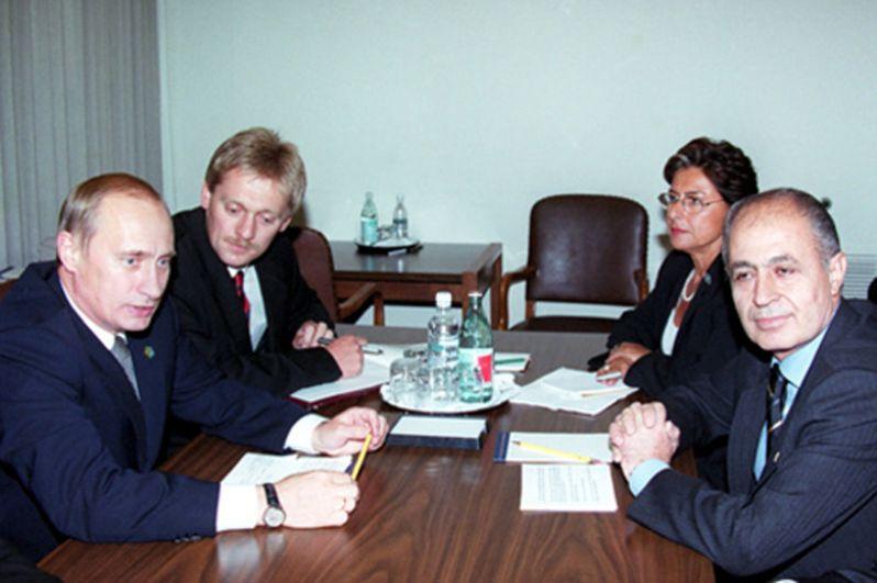 Нью-Йорк. Президент Владимир Путин и президент Турции Ахмет Недждет Сезер. Справа от Путина — Дмитрий Песков. 2000 год.