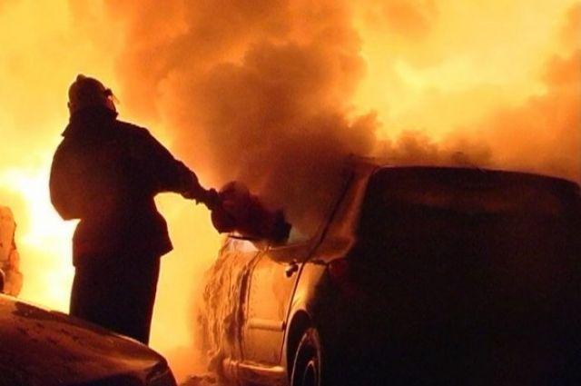 Горящий автомобиль потушили пожарные.