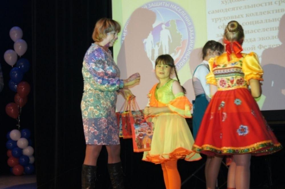 Юных участников гала-концерта отметили памятными подарками.