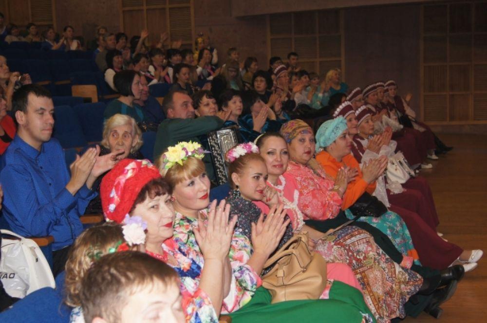 Зрители тепло приветствовали участников гала-концерта.