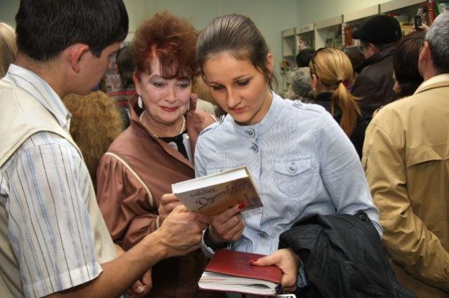 По мнению кандидата филологических наук, молодёжь не утратила интерес к книжному чтению.