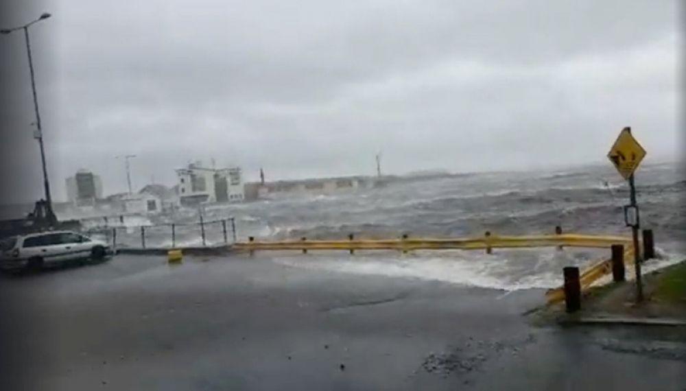 Волны, вызванные штормом «Офелия» в Голуэй, Ирландия.
