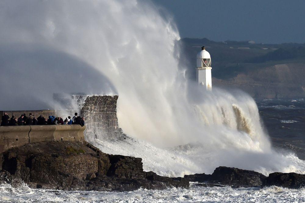 Волны на набережной города Порткол, Уэльс.