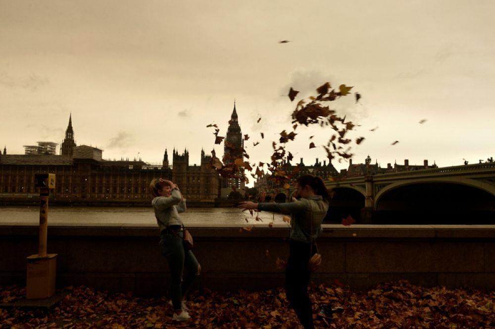 Жители Лондона наблюдают необычные последствия шторма «Офелия».