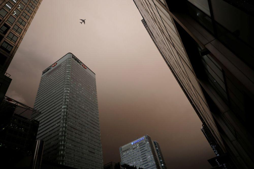 Шторм «Офелия» принес с собой пески из Сахары и дым от лесных пожаров в Португалии, из-за чего небо над Великобританией стало коричневым.