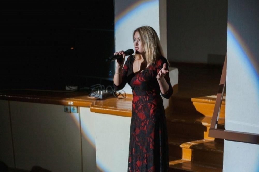 Перед началом спектакля к зрителям обратилась создатель и руководитель коллектива Елена Копосова.