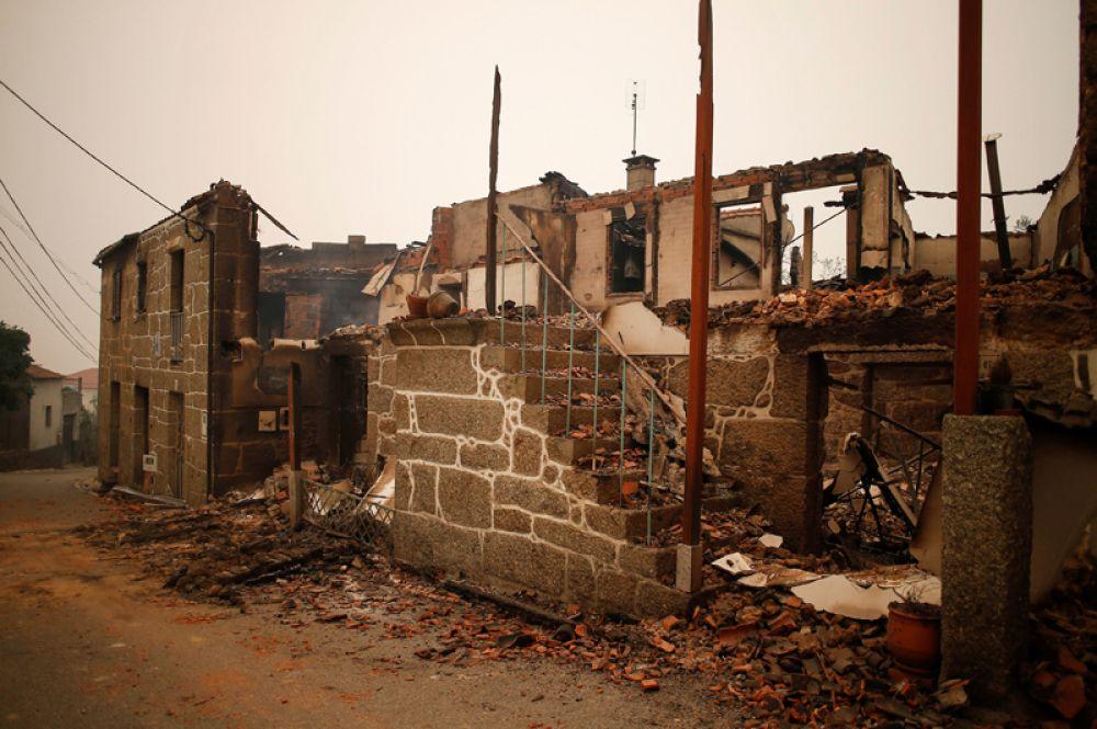 Сгоревший дом в Пиньейру-де-Азере, Португалия.