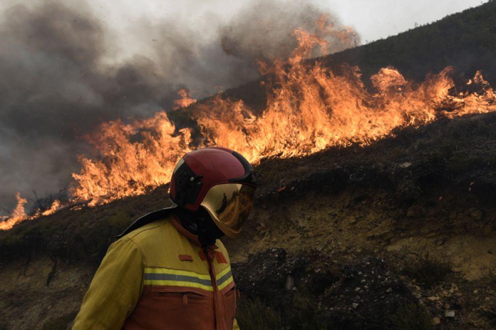 Пожарный в Табладо, Астурия, северная Испания.