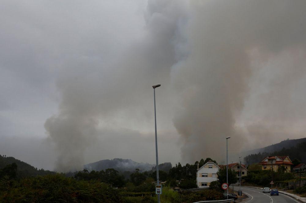 Дым от пожаров поднимается над муниципалитетом Пасос-де-Борбен в Испании.