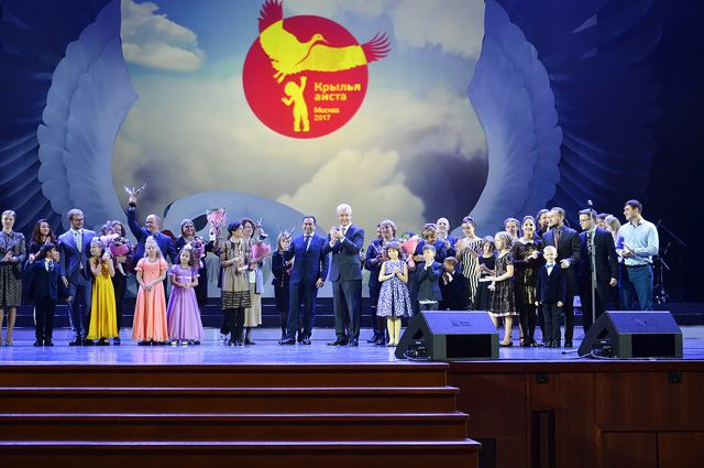 Собянин в столицеРФ наградил лауреатов премии «Крылья аиста»